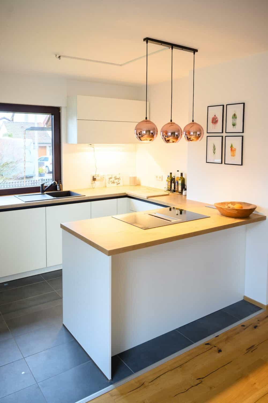 Designkueche-G-Form-Holz-Arbeitsplatte-Kochfeldabzug