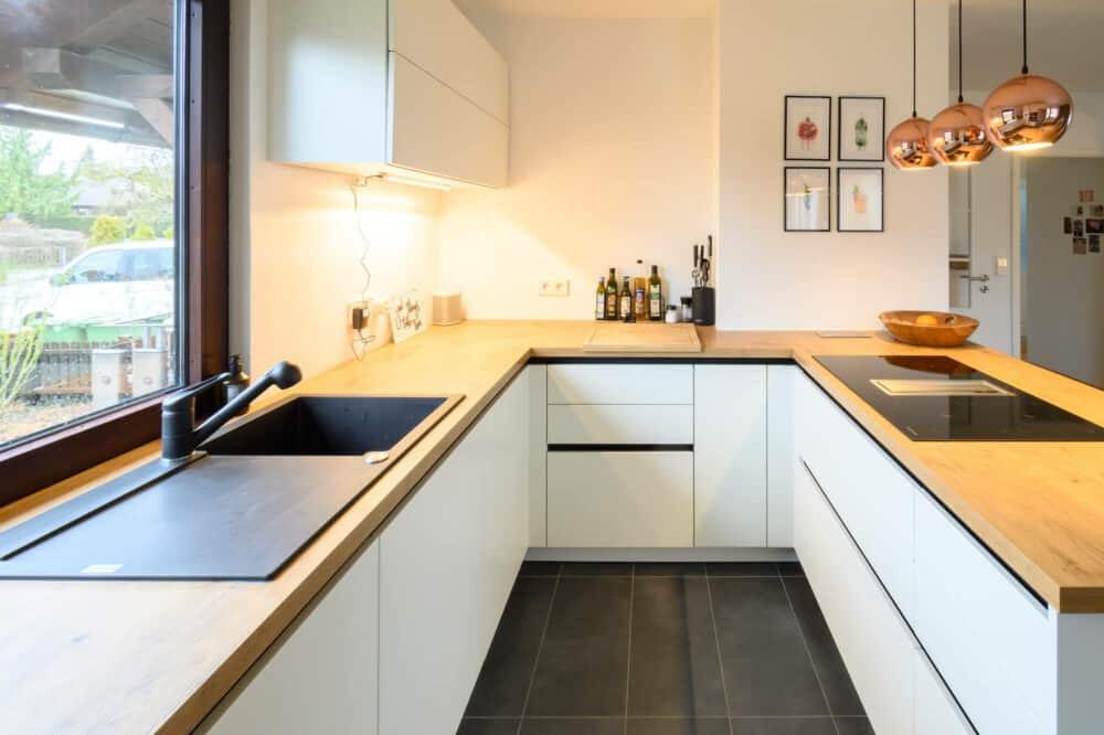 Designkueche-G-Form-Lack-matt-mit-Holz-Arbeitsplatte