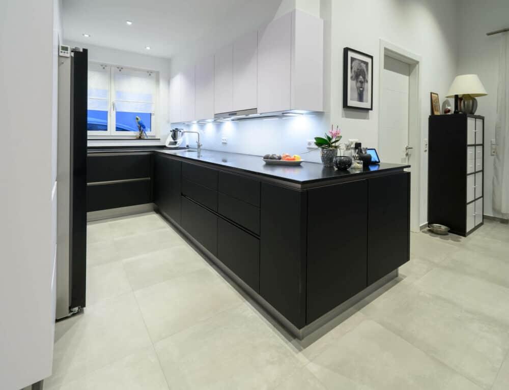 Kuechenhalle-Designkueche-U-Form-schwarz-matt-grifflos