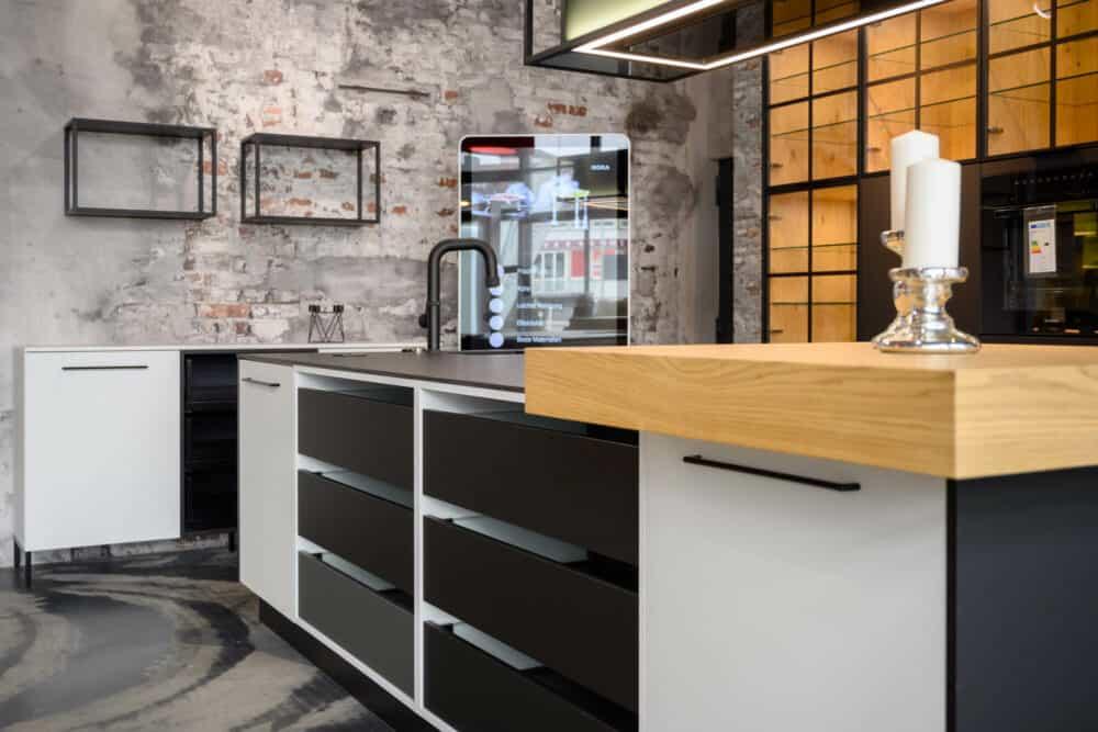 Ballerina Inselküche modern mit offenen Schränken und Industrial Glasschränken
