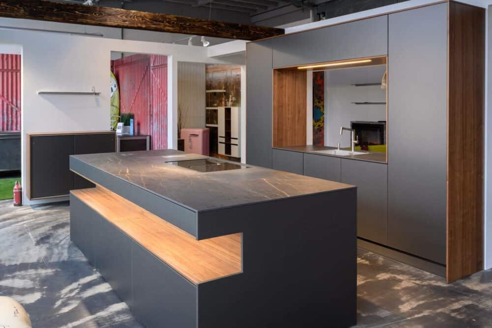 Design Inselküche grau Induktionskochfeld und Arbeitsplatte Naturstein Optik