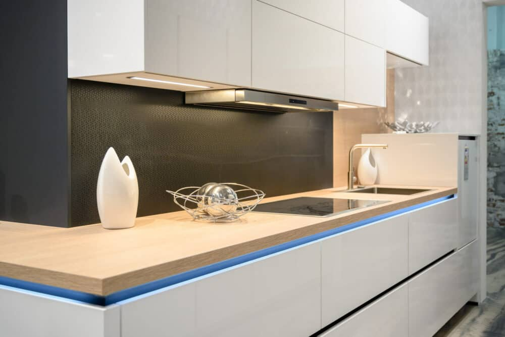 L-Form Küche Designküche hochglanz Lack Fronten und Holz Arbeitsplatte