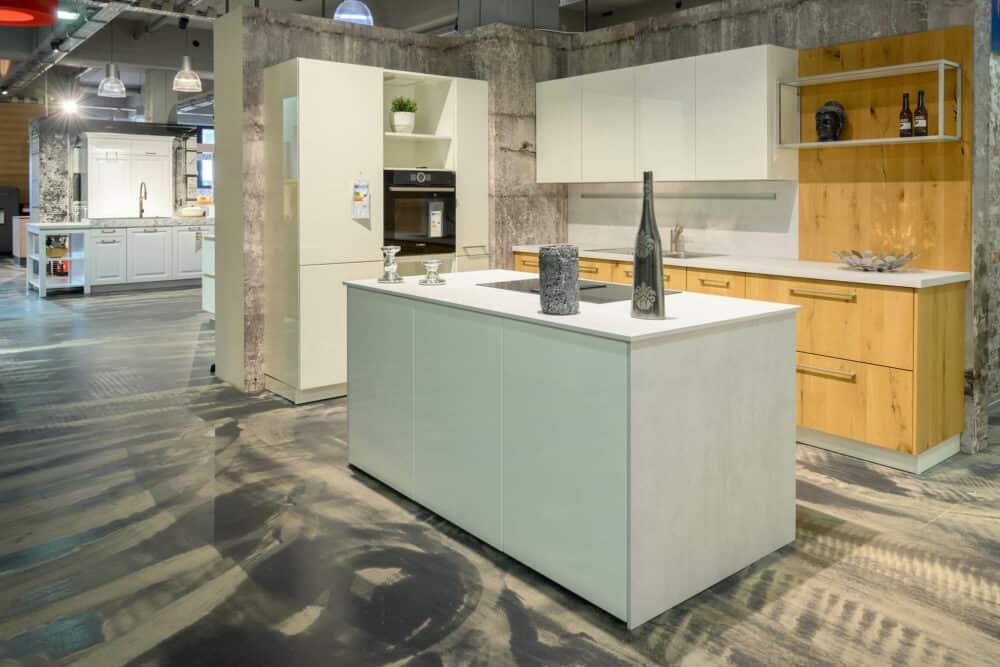 Moderne Inselküche Küchenzeile mit Holzfronten und Lack Wandschrank