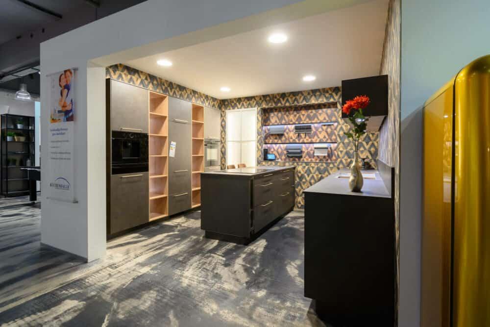 Moderne Inselküche schwarz matt mit Gold Griffen Wandschrank und Esstheke