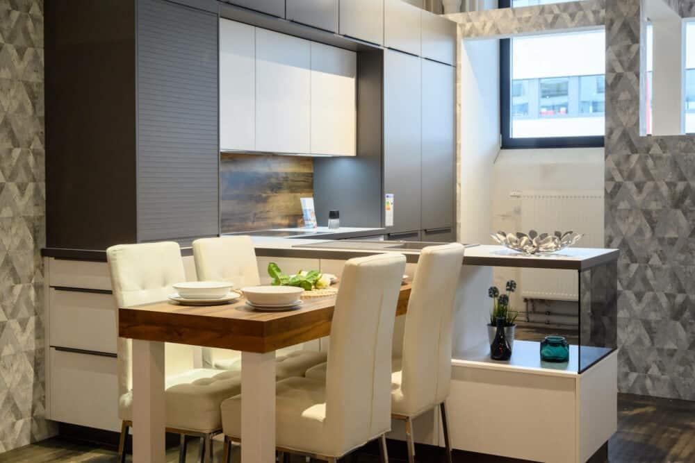 Moderne Küche matt Lack mit Halbinsel Esstisch und Wandschränken