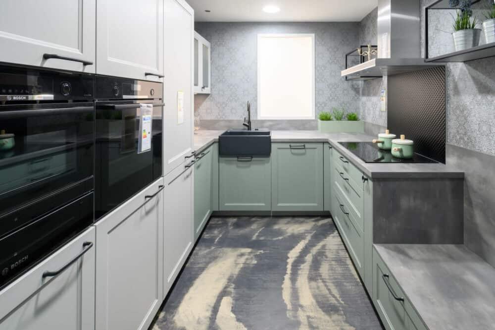Moderne Landhausküche U-Form grün mit Spülstein und E-Geräten