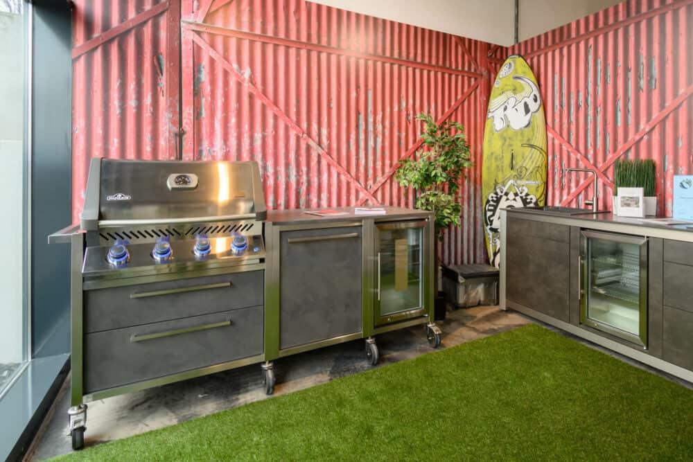 Burn Out Outdoor Küche Napoleon Grill und Kühlschrank