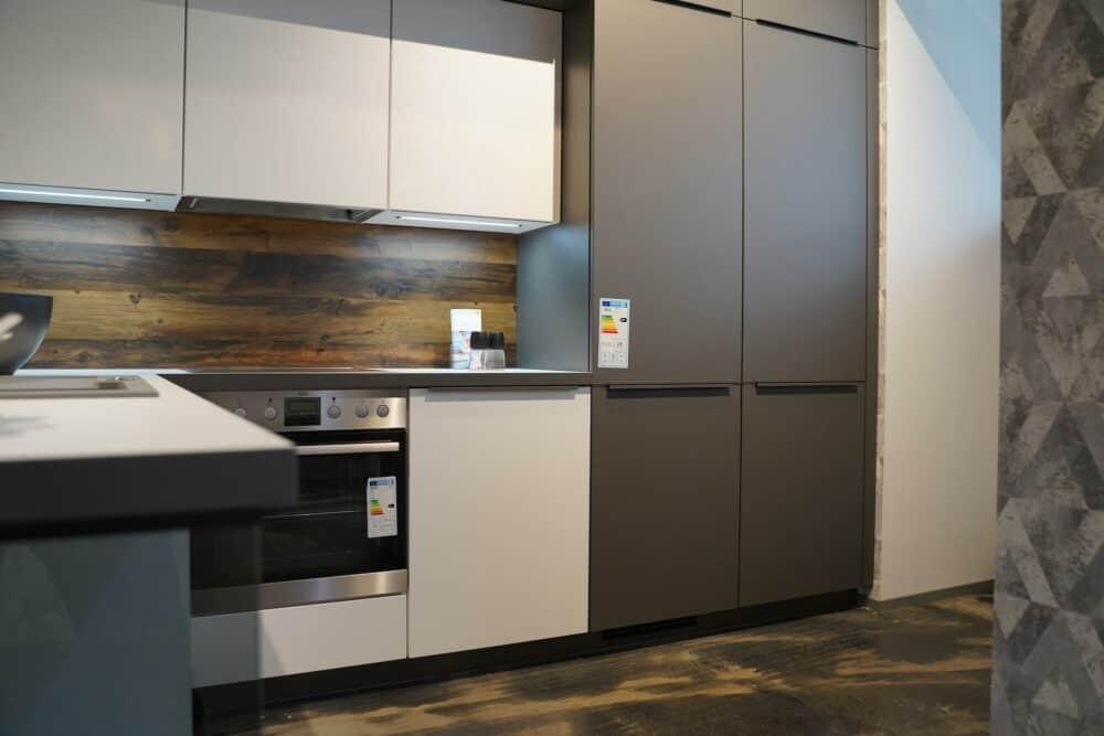 Grauer Wandschrank Küchenzeile mit griffleisten