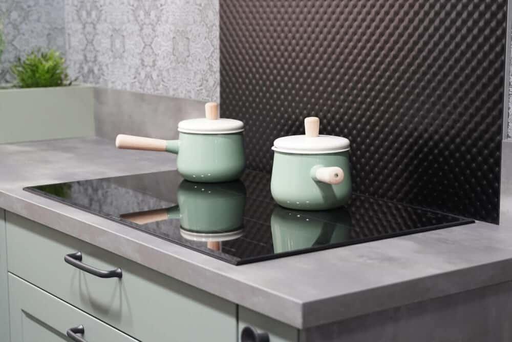Hochwertige Landhaus Küche in grün mit Kochfeld
