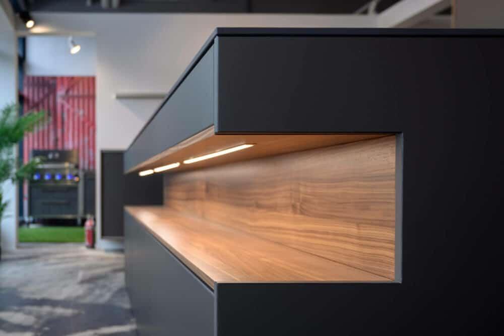Inselküche Beleuchtung offenes Schrankelement Holz