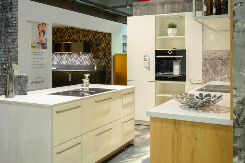 Inselküche modern mit hochglanz lack küchenfronten und edelstahl Griffen