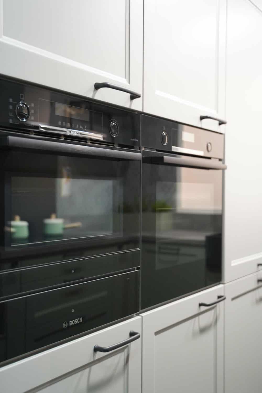 Küche im Landhausstil mit Bosch Accent Line E-Geräten