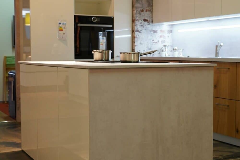Kücheninsel in weiß hochglanz Lack beton arbeitsplatte