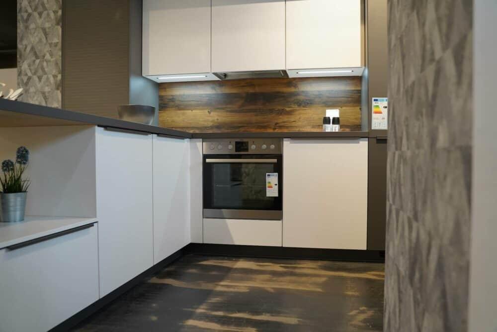 Küchenzeile weiße Küchenfronten mit Griffleisten