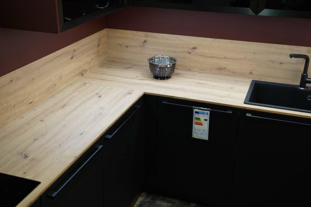 L-Form Küche mit Holz Arbeitsplatte in schwarz