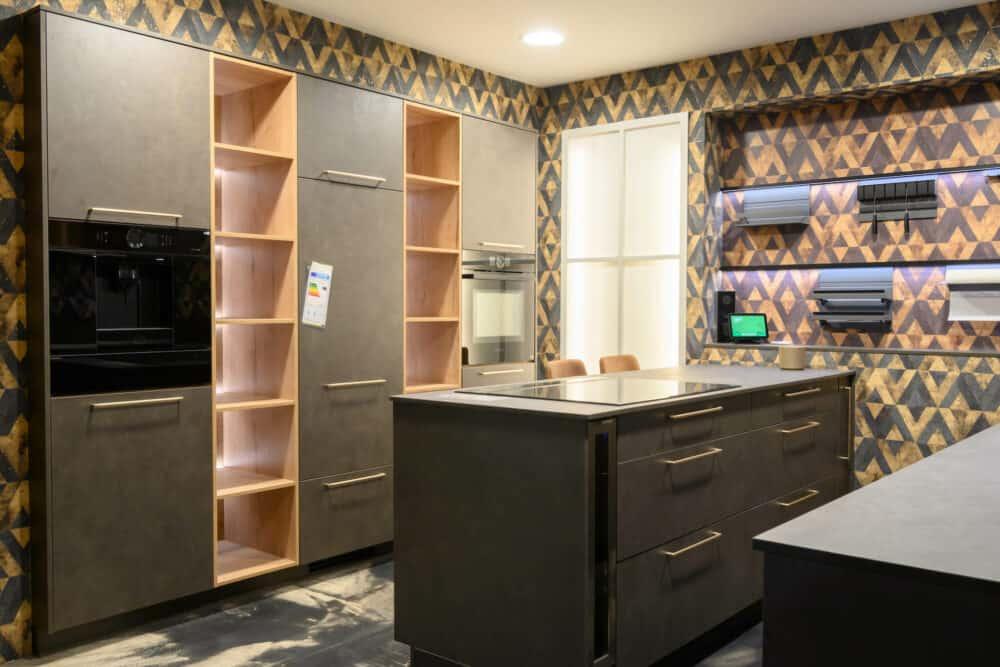 Moderne Küche mit Kücheninsel und Wandschrank in grau