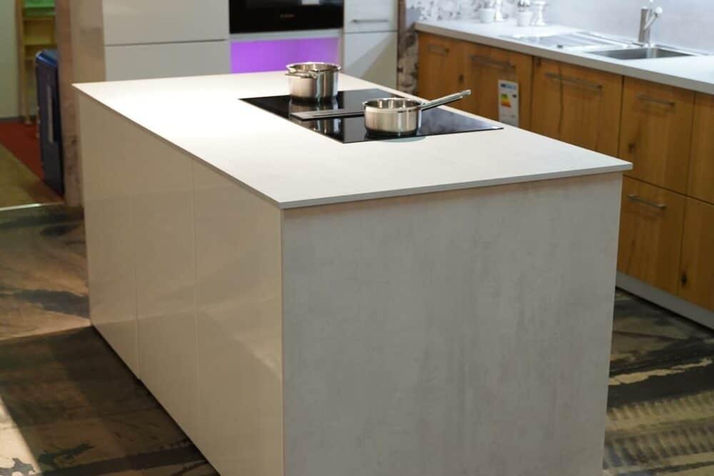 Moderne Kücheninsel mit Küchenzeile und Wandschrank