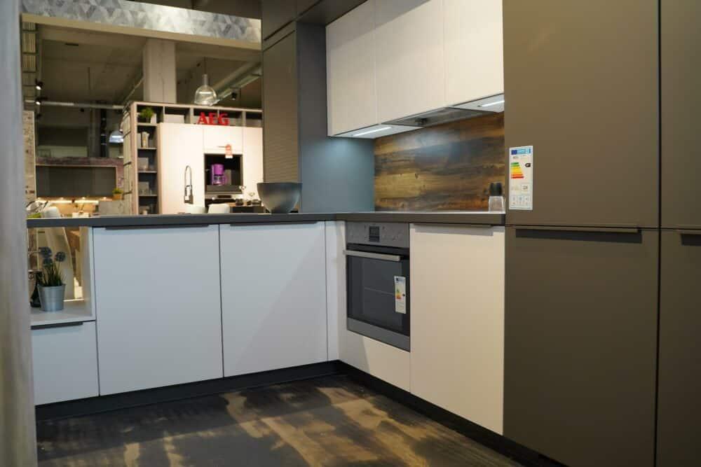Moderne Küchenzeile mit AEG Elektrogeräten