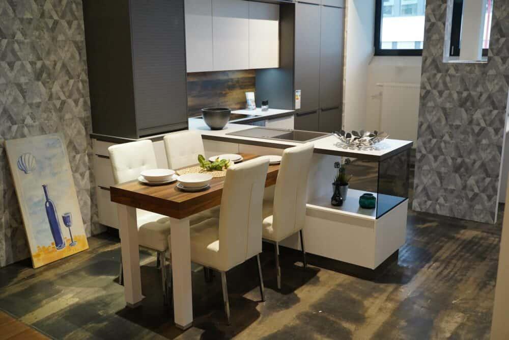 Moderne Küchenzeile weiß grau mit Esstisch
