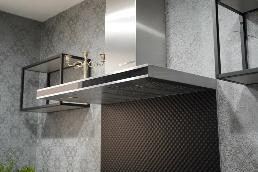 Moderne Landhausküche in U-Form mit Dunstabzug
