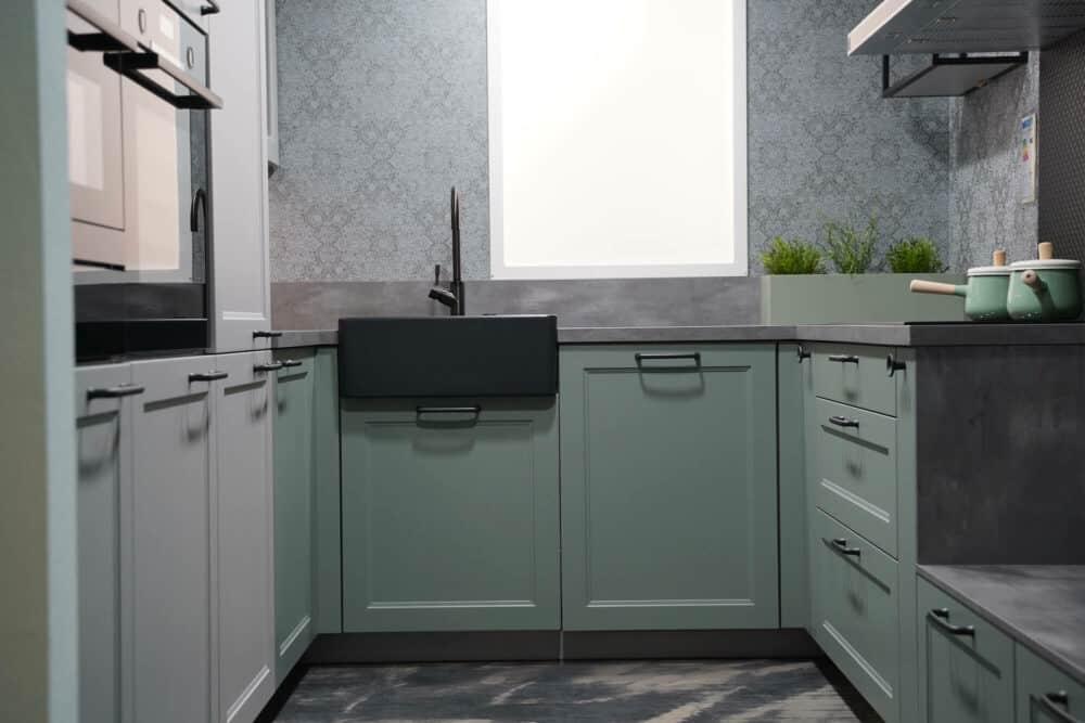 U-Form Landhausküche in grün mit E-Geräten