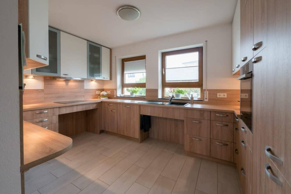 Barrierefreie Küche G-Form Küche mit Echtholz fronten