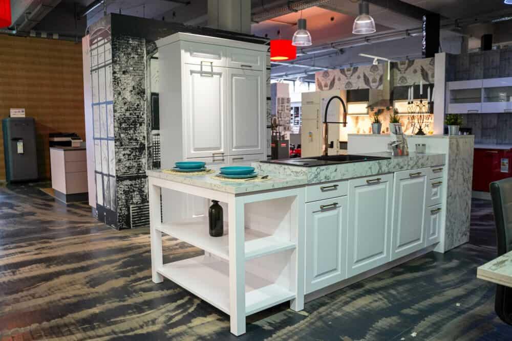 Bauformat Inselküche Landhaus Arbeitsplatte marmor dekor