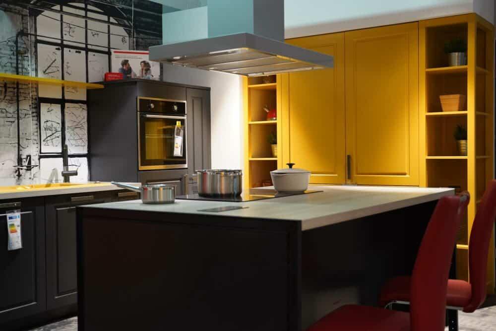 Bauformat Landhausküche mit Kücheninsel in gelb