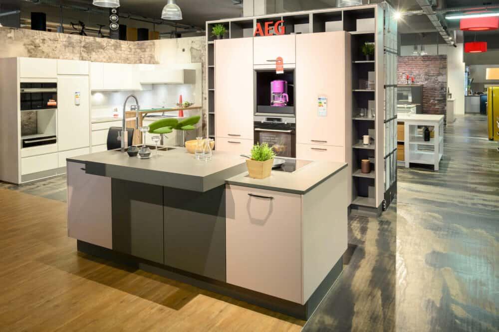 Bauformat moderne Inselküche mit Wandschrank