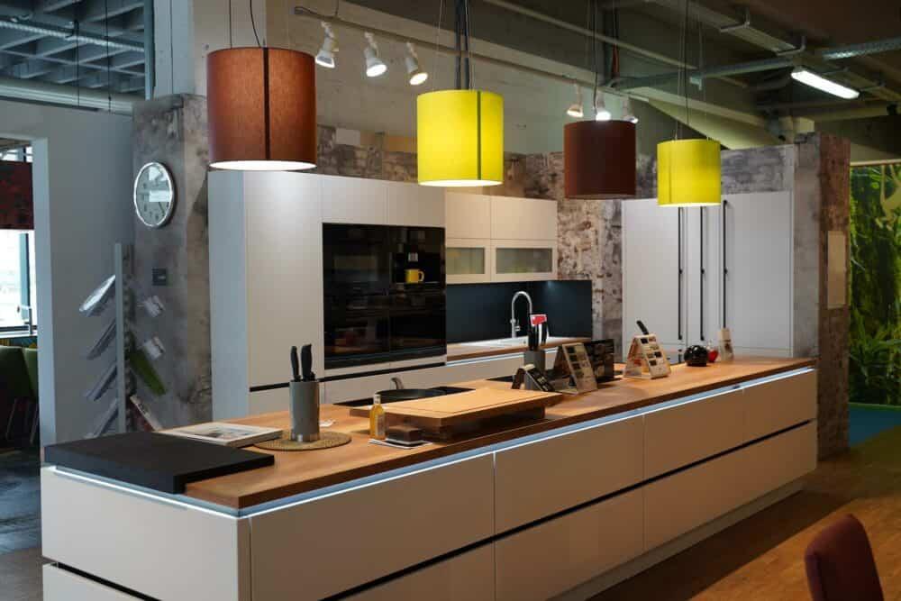 Design Inselküche hochglanz Lack mit Küchenzeile