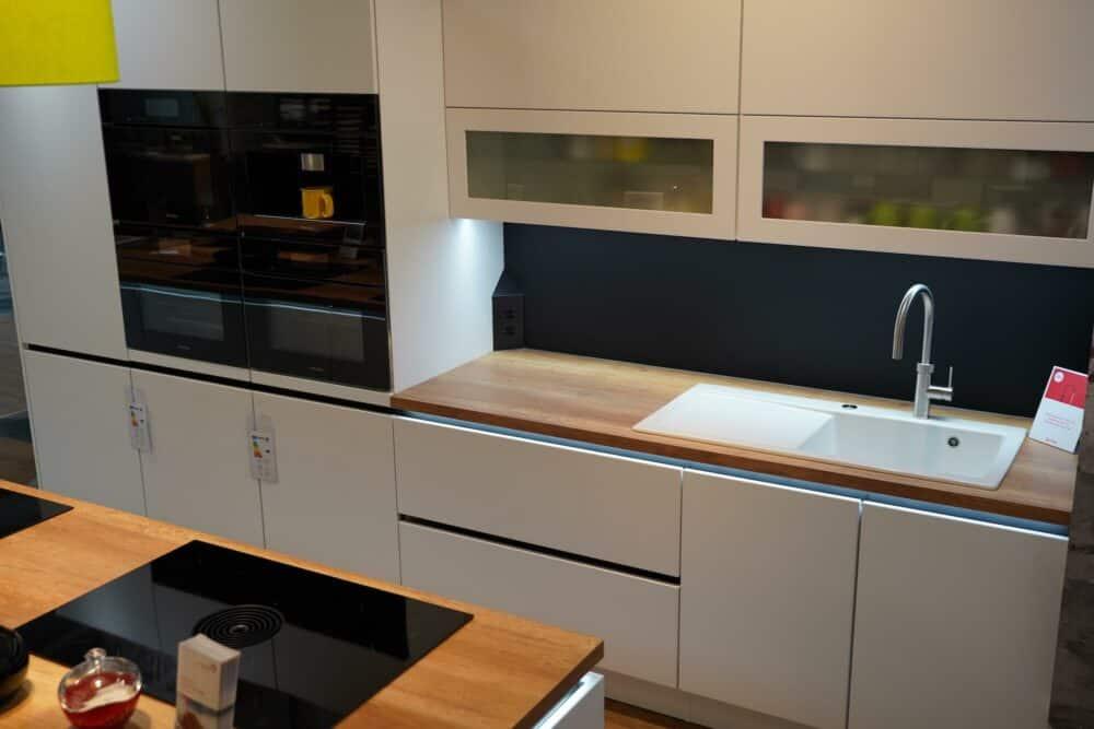 Design Inselküche hochglanz Lack mit wandschrank