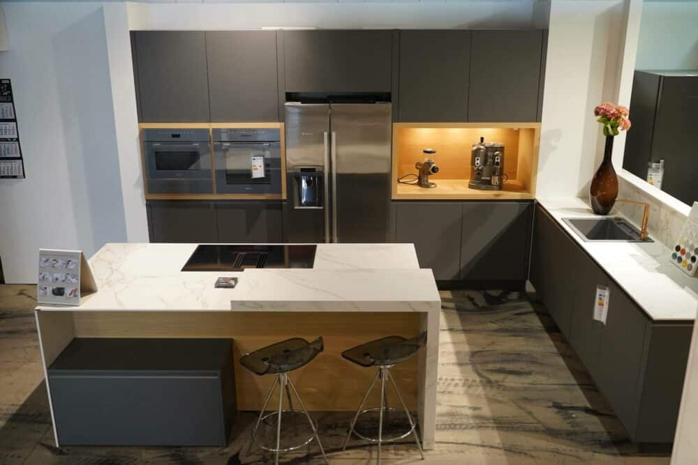 Design Küche mit Kücheninsel matt Lack holz