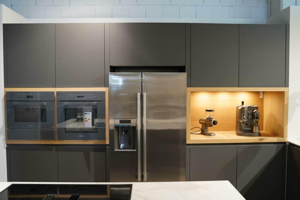 Design Küche mit Kücheninsel matt Lack holz Front