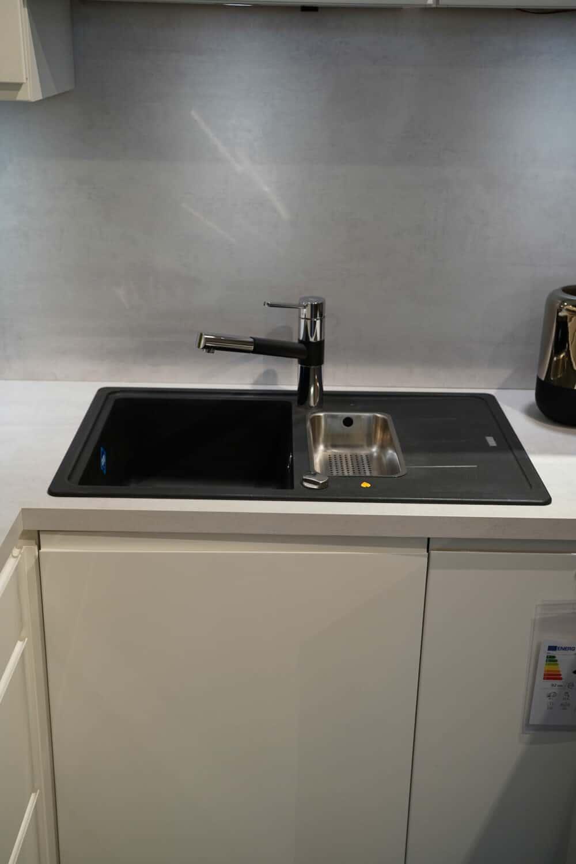 Design L form Küche weiß Hochglanz mit Schwarz Armatur