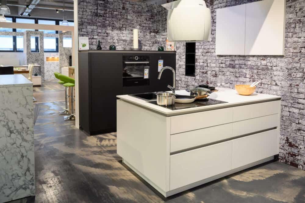 Designküche matt schwarz weiß mit Kücheninsel