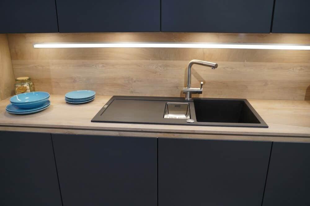 Insel Küche Design matt Lack grau grifflos Holz Arbeitsplatte