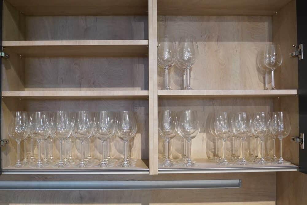Insel Küche Design matt Lack grau grifflos Holz Wandschrank