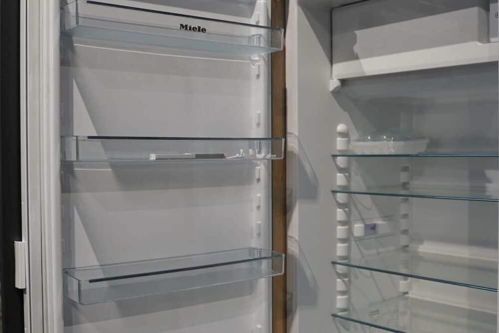 Insel Küche Design matt Lack grau grifflos Miele Kühlschrank