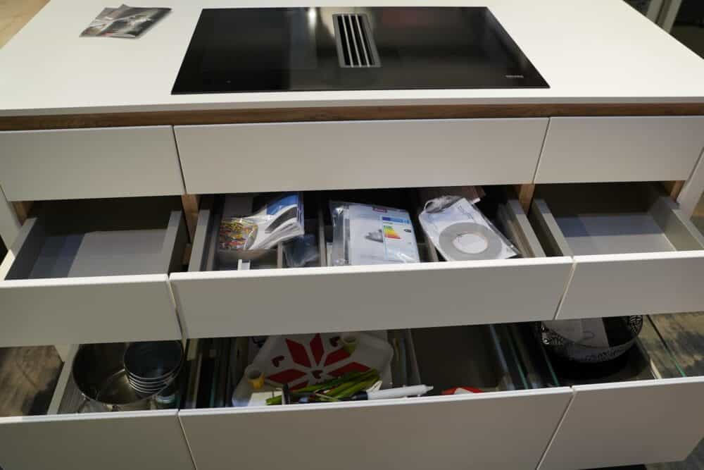 Insel Küche Design matt Lack grau grifflos Unterschrank