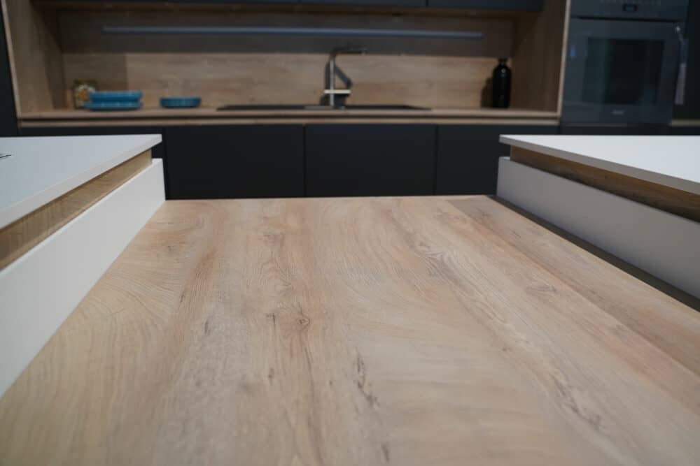 Insel Küche Design matt Lack grau grifflos holz Essetheke