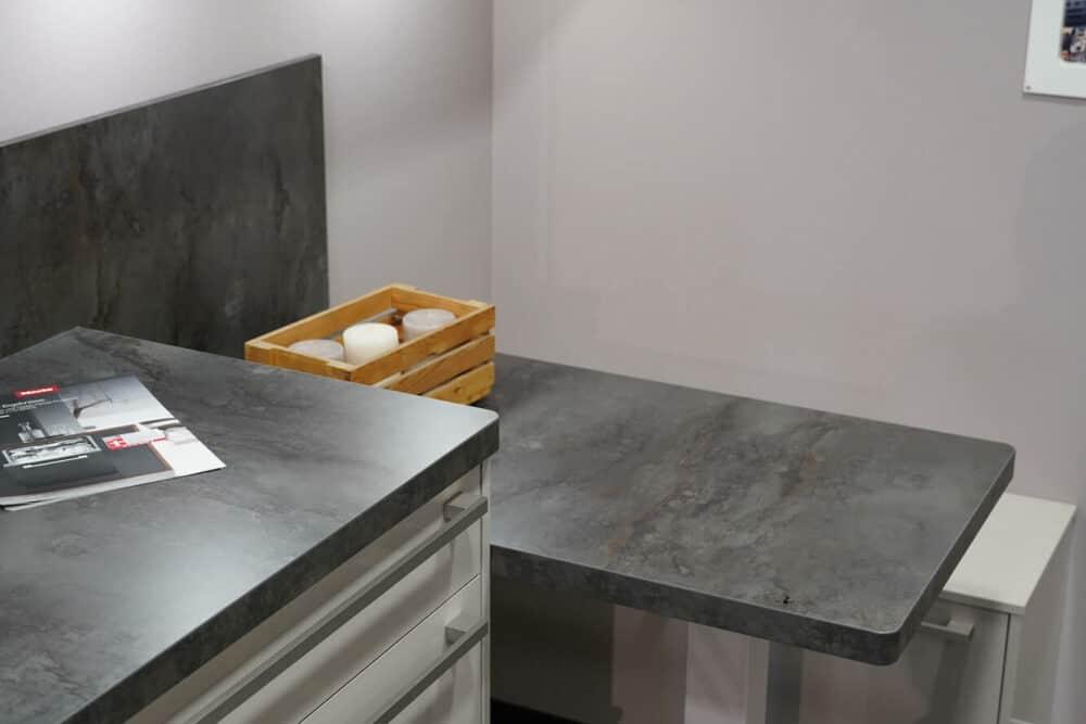 Küchenzeile modern mit Griffstangen und Sitztheke