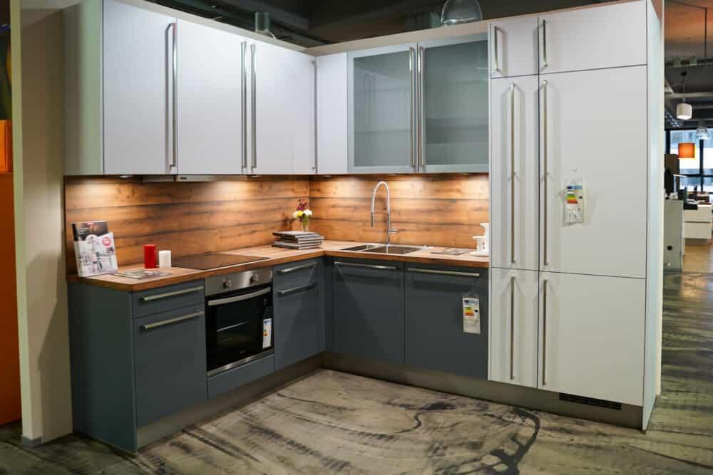 Moderne L-Küche matt grau weiß