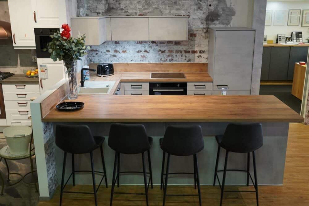Moderne U-Küche Beton Optik mit Sitztheke