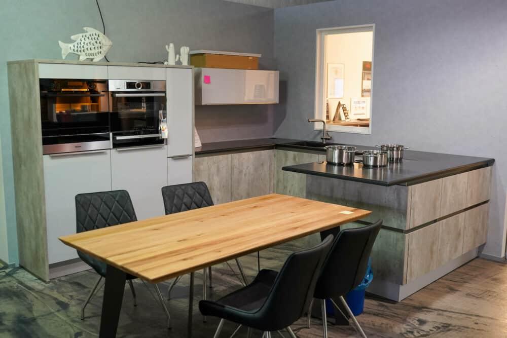 Moderne U-Küche beton grau grifflos
