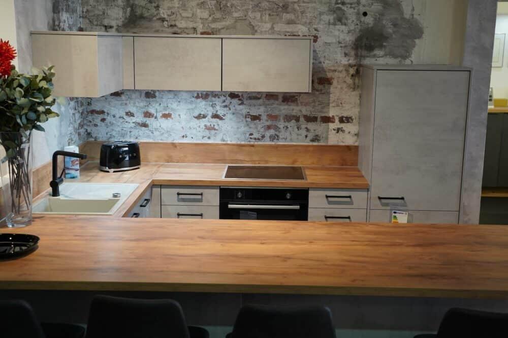 Moderne U-Küche optik Beton mit Sitztheke