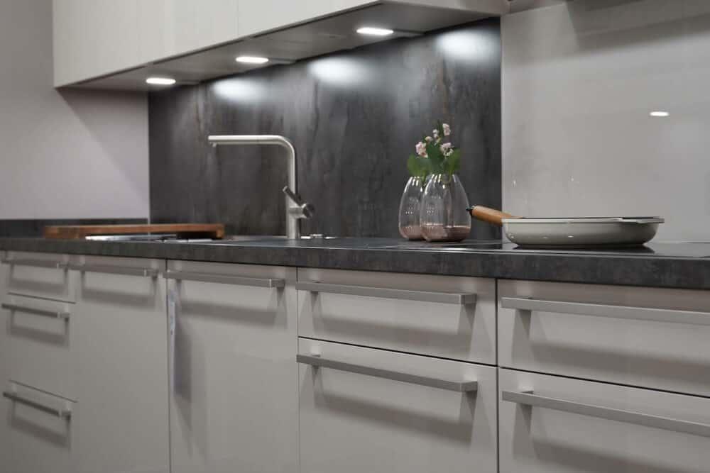 Moderne zweizeilige Küche hochglanz Lack weiß