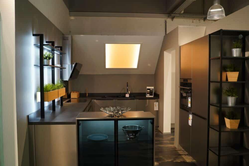 U-Küche edelstahl hochglanz mit Wandschrank