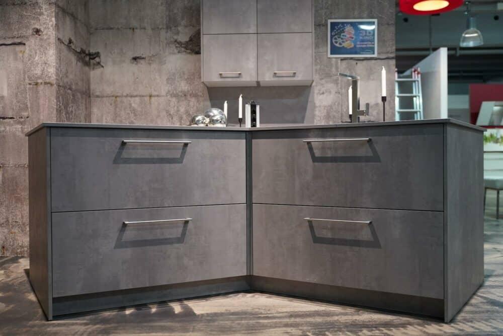 Ballerina Y-Küche Beton grau mit Edelstahl Griffen