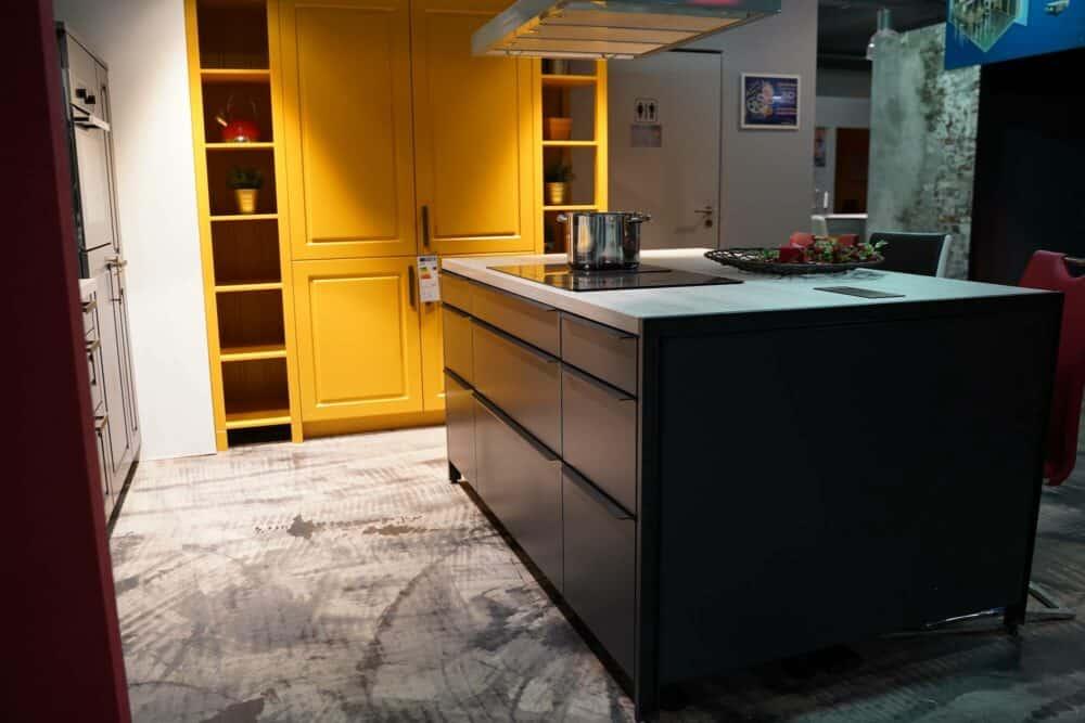 Bauformat Kücheninsel mit Griffleisten und Holz Arbeitsplatte