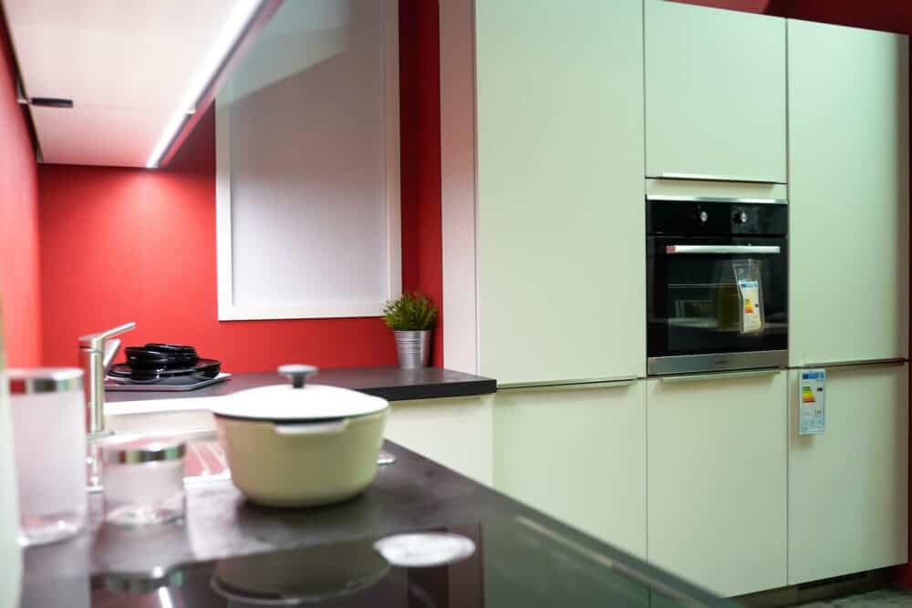 Bauformat L-Küche Rom in weiß mit Wandschrank